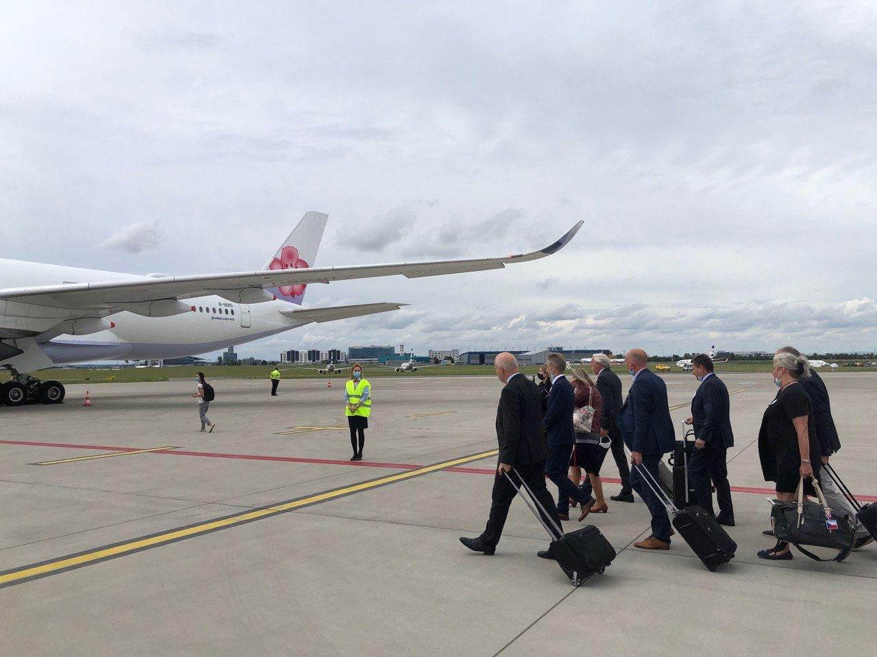 圖說2:捷克訪團在全體團員通過檢測並由團長參議長韋德齊發表精神談話後,登機出發前來臺灣。