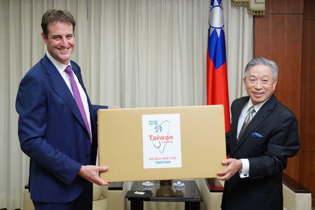 圖說:外交部政務次長田中光(右)代表我國政府捐贈澳方防疫口罩50萬枚,由澳洲辦事處代表高戈銳(Gary Cowan)代表(左)澳方接受。