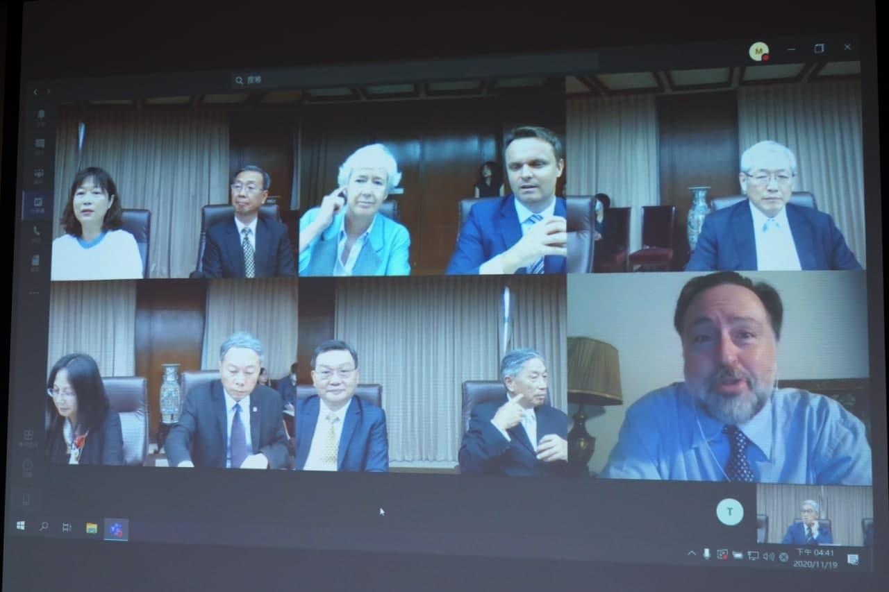 圖三:我國相關部會代表、英國在台辦事處代表唐凱琳(上排左三)與英國COP26亞太暨南亞氣候變遷大使Ken O'Flaherty(下排右一)進行視訊會談。.jpg