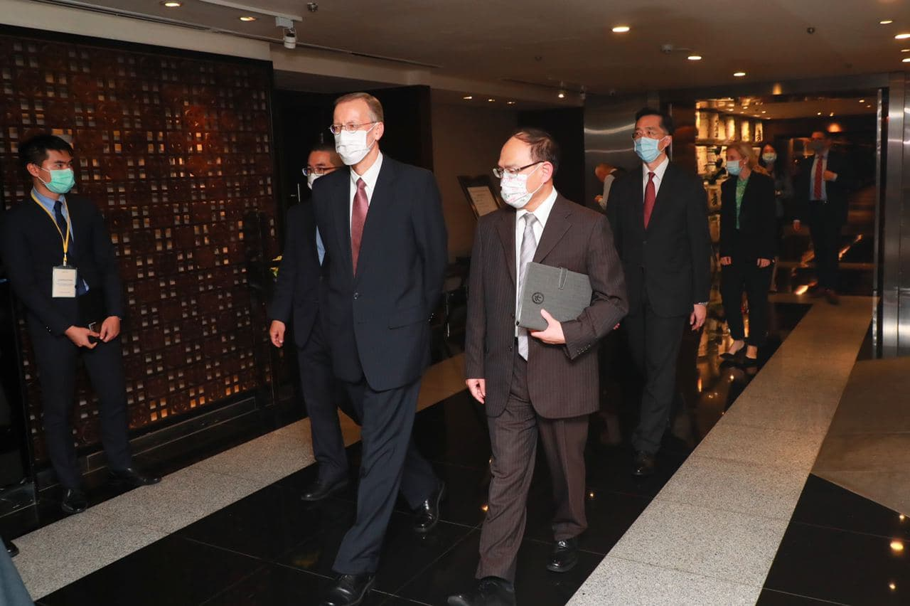 圖三:外交部政務次長曾厚仁(右一)與AITT處長酈英傑(左一)一同前往出席「臺美經濟繁榮夥伴對話」台北端視訊會議。.jpg