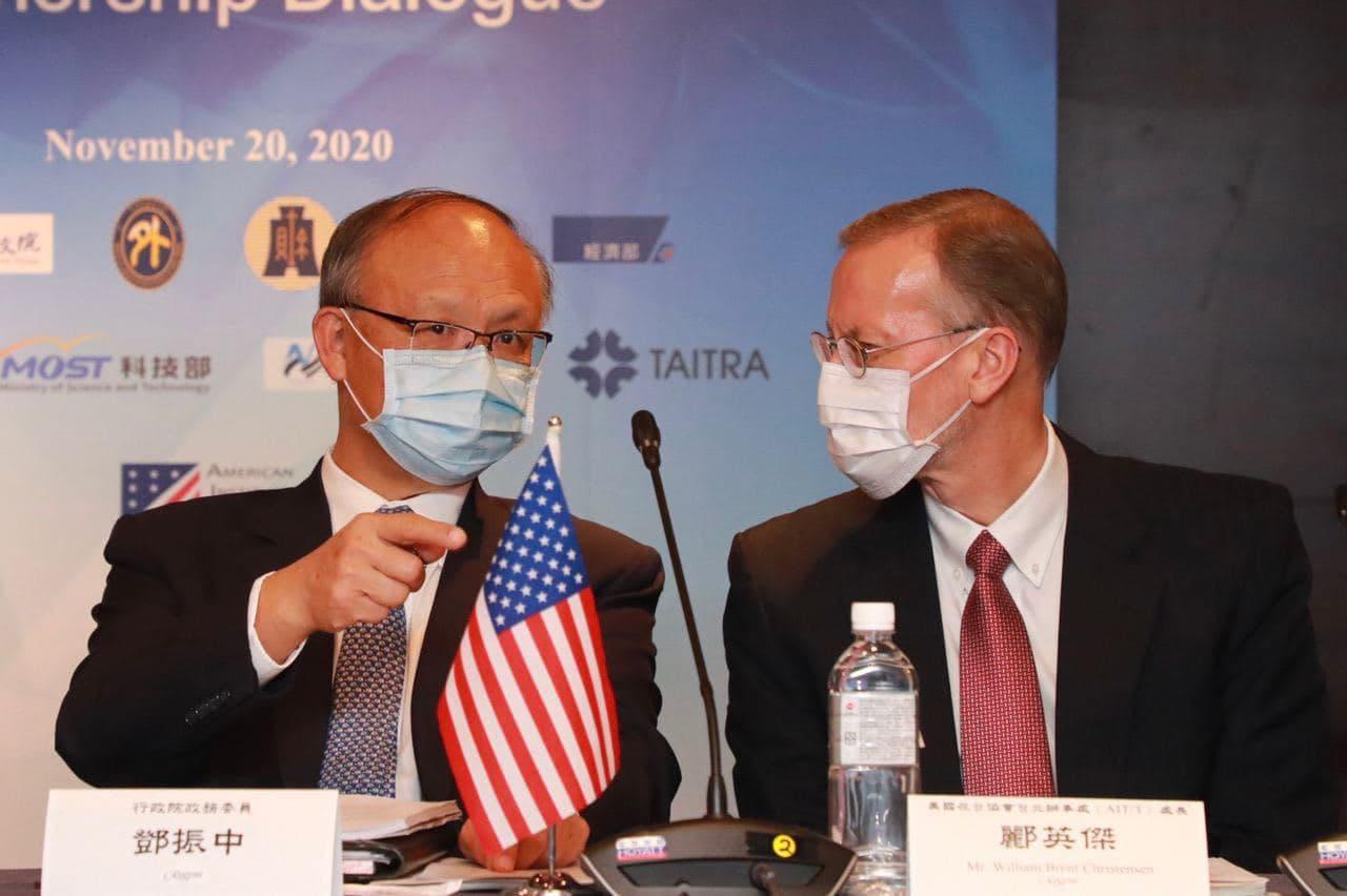 圖四:行政院政務委員鄧振中(左一)及AITT 處長酈英傑(右一)出席「臺美經濟繁榮夥伴對話」。.jpg