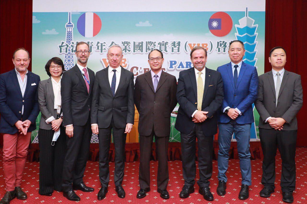 圖說1:記者會上曾政務次長(右4)、法國在台協會公孫孟主任(左4)與參與VIE計畫的法國企業代表合影