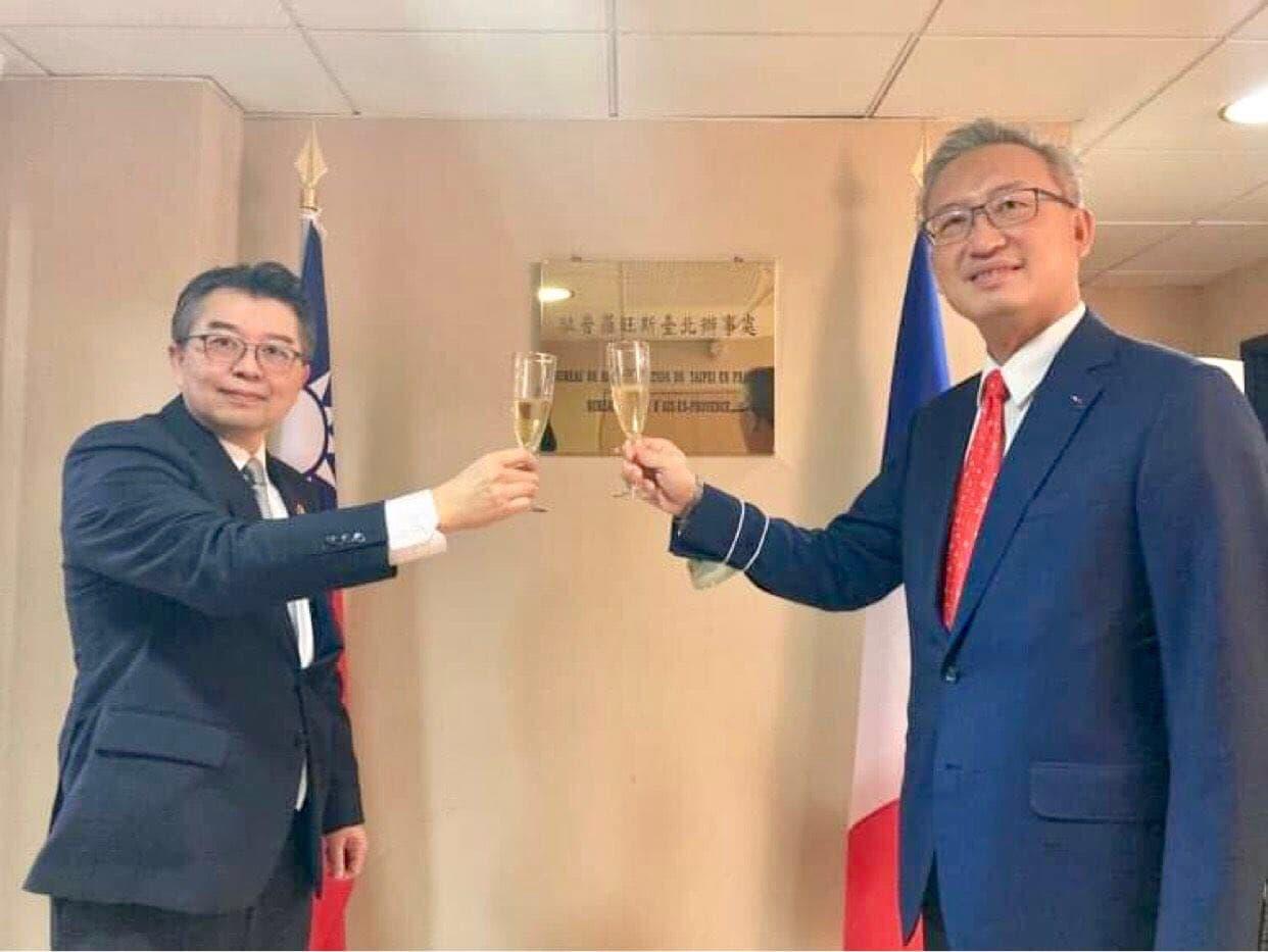 圖說二:吳代表和辛處長舉杯祝駐普羅旺斯辦事處順利成功.jpg