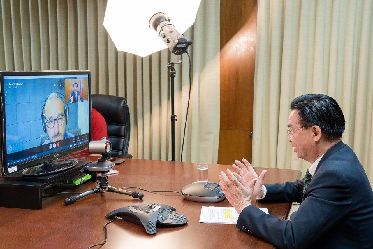 圖一:吳部長接受「捷克電視臺」(Czech TV)資深記者Jakub Szántó視訊專訪。