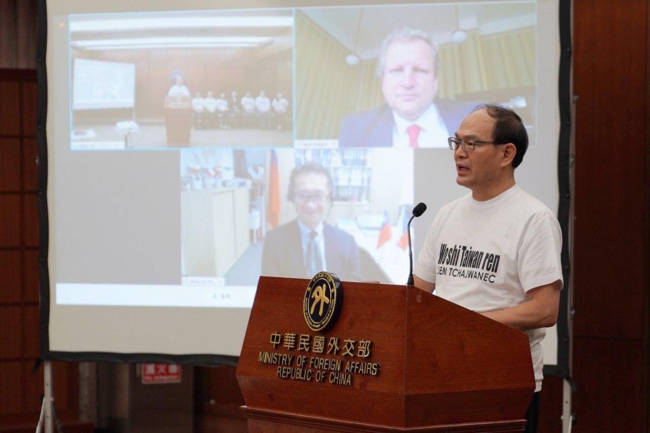 圖二:外交部曾政務次長於「台灣-捷克華語文獎學金」記者會上開場致詞,捷克布拉格化工大學校長馬捷卡及駐捷克代表處代表柯良叡以視訊方式共同參與。