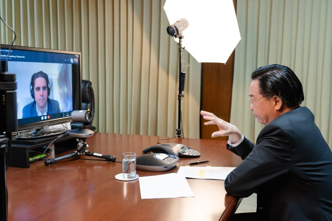 圖一:吳部長(右)接受挪威「晚郵報」記者Kristoffer Rønneberg(左)視訊訪問。.jpg
