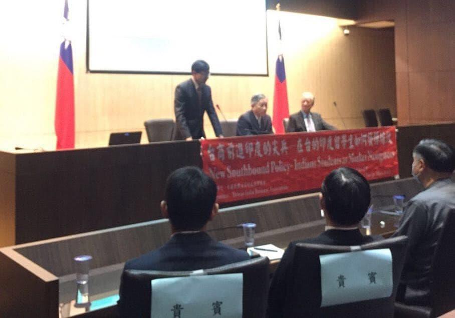 圖一:印度台北協會戴國瀾會長(台上講者左)說明台灣印度互為機會之地,期待合作促成互利。