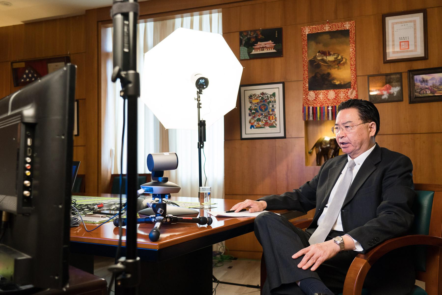 圖說:吳部長接受「澳洲廣播公司」The World國際新聞節目Behind the Wall單元主持人Stan Grant視訊專訪。