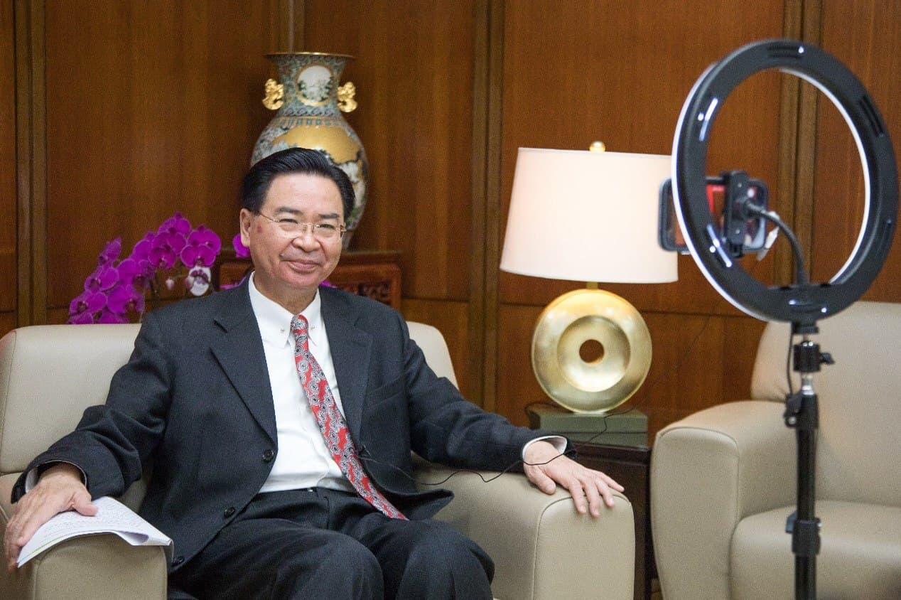圖說一:吳部長接受衛報專訪時強調國際合作對抗中國軍事擴張的必要性。