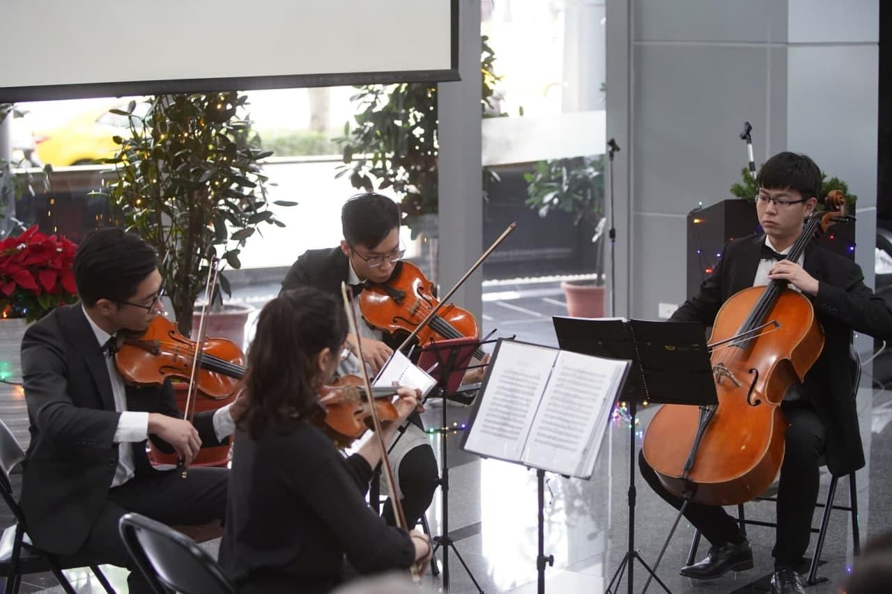 圖二:劉團長現場演說搭配弦樂四重奏,曲曲扣人心弦。