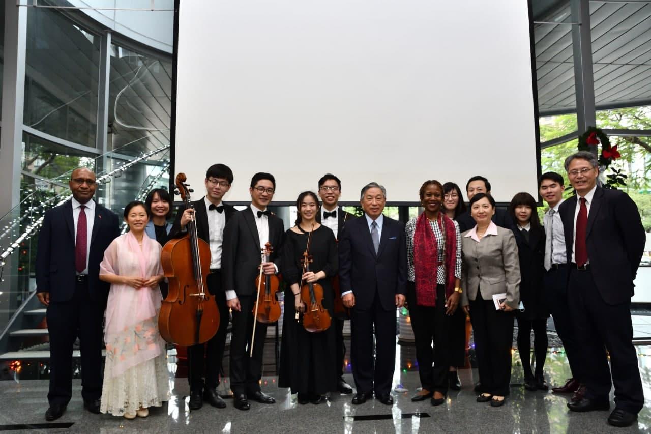 圖四:田次長(左八)、哈菁絲團長(右七)、劉團長(右一)於活動後與年輕音樂家、駐台使節等合影。
