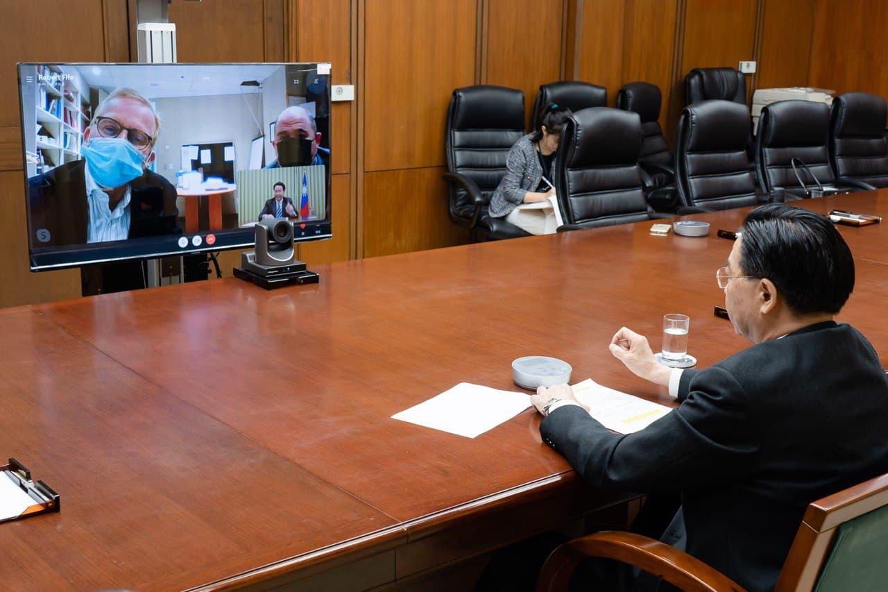 圖一:外交部長吳釗燮於12月17日接受加拿大主流媒體「環球郵報」渥太華分社社長Robert Fife及資深政治記者Steven Chase視訊專訪。