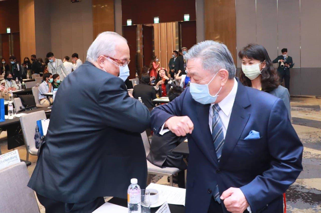 圖三:政務次長田中光與諾魯共和國凱法斯大使寒暄。