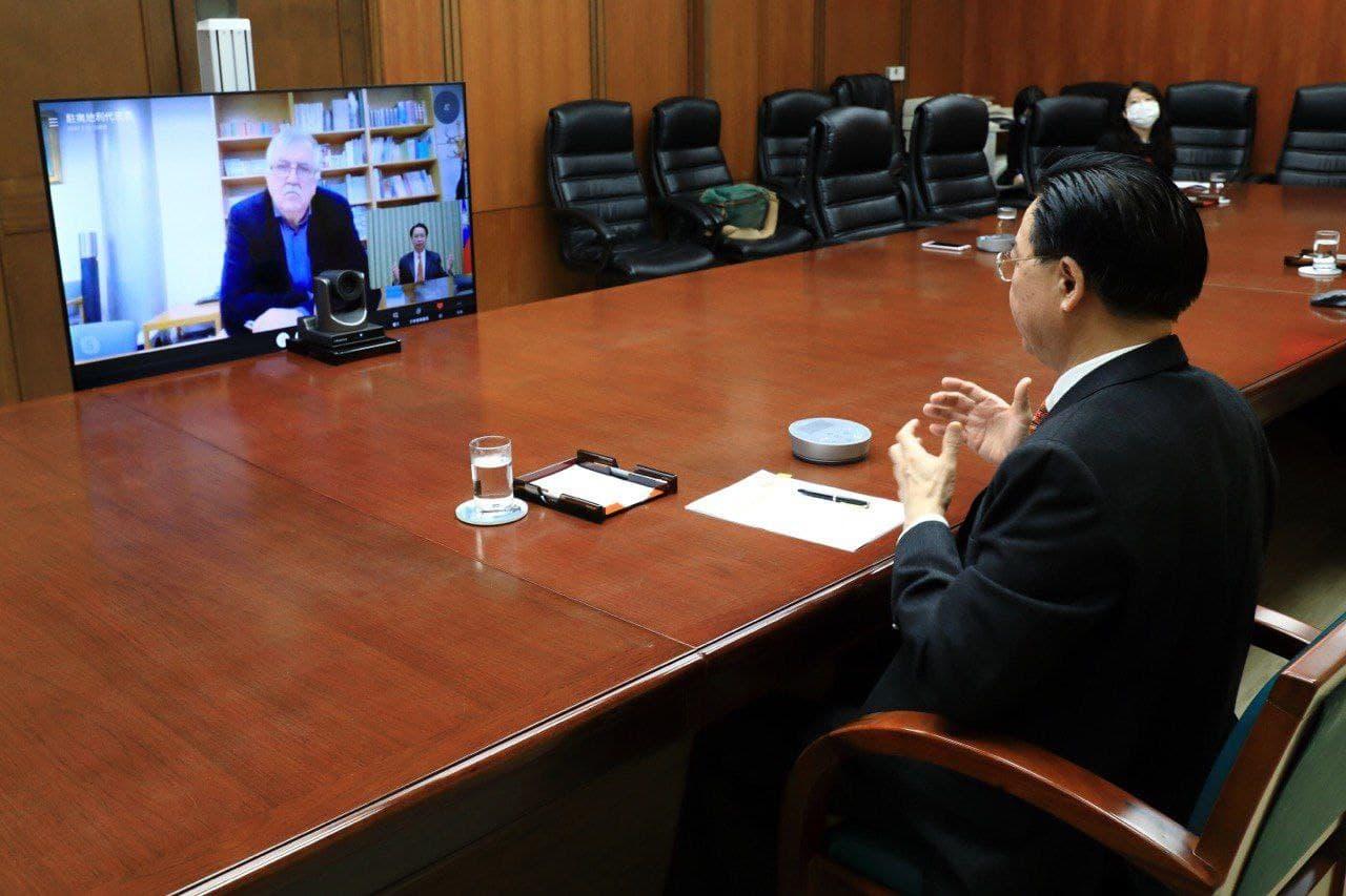 圖說一:吳部長接受奧地利「新聞報」資深主筆畢斯卡夫(Burkhard Bischof)視訊訪問。